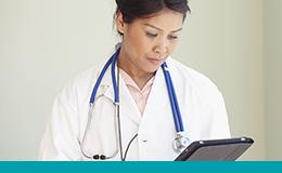 Femme médecin lisant une tablette
