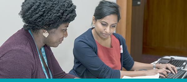 Deux femmes effectuant des recherches sur un ordinateur