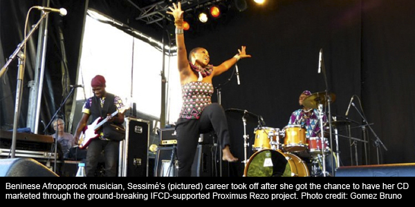 A picture of Beninese Afropoprock musician, Sessimé's concert recently