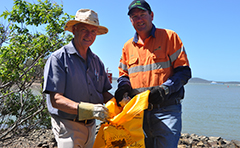 Cr Chapman and resident participating in 2014 Clean Up Australia Day campaign