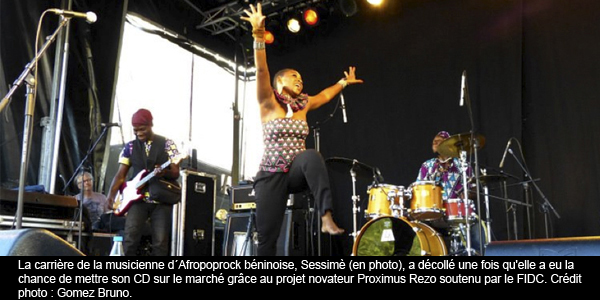 En&#32;photo,&#32;la&#32;musicienne&#32;dAfropoprock&#32;bninoise&#32;Sessim&#32;en&#32;concert.