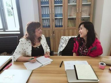 A trainer and lecturer discuss the EMI approach